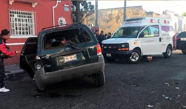 Impacta patrulla contra camioneta en el barrio de Los Remedios