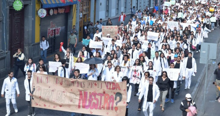 Condenan miles de estudiantes asesinato de universitarios