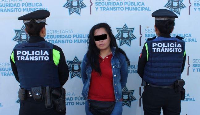 Detienen policías de tránsito de Puebla a mujer por robo a usuarios del transporte público
