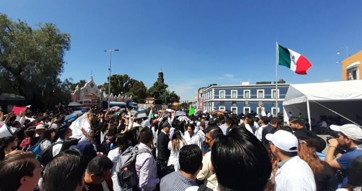 Alumnos de medicina protestan afuera de Casa Aguayo, exigen justicia