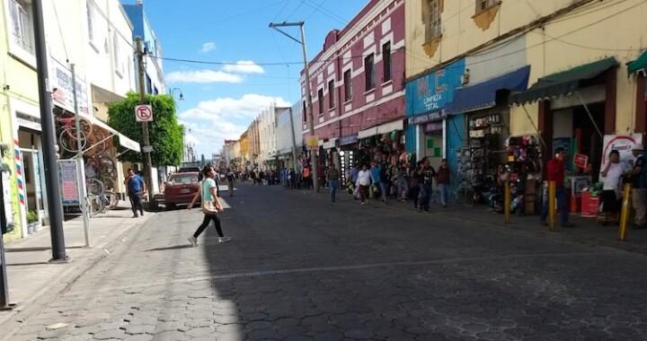 Ayuntamiento de Puebla entrega despensas a comerciantes no establecidos
