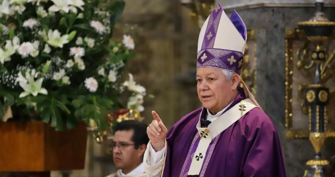 Oficia arzobispo misa en la catedral a puerta cerrada