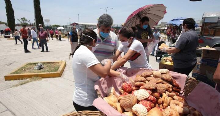 Panaderos obsequian pan dulce y tortas a desempleados en Agua Santa
