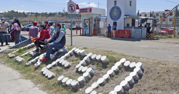 Familiares de internos del cereso de San Miguel protestan ante traslado de reclusos al CIEPA