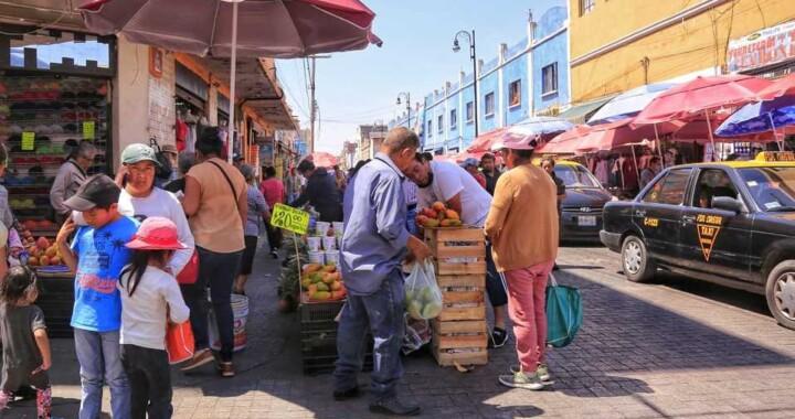 Poblanos se toman un receso de la cuarentena: Salen sin cubrebocas y sin sana distancia