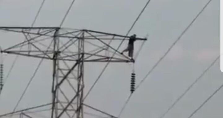 Hombre se suicida de una torre de luz en 24 Sur y Las Torres