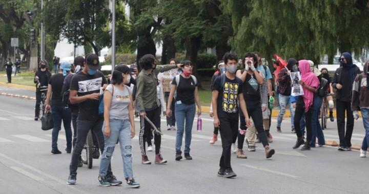 Jóvenes protestan vandalizando FGE Puebla por muerte de Giovanni López