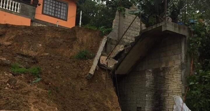 Deslave derrumba barda en Xicotepec