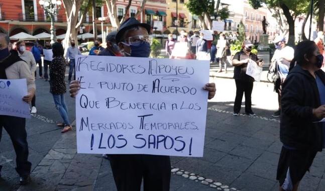 Artesanos protestan en la entrada del Palacio Municipal para pedir apoyo