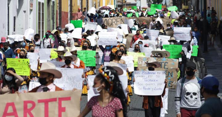 Integrantes de Antorcha Campesina se manifiestan en Casa Aguayo