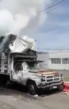 Una camioneta se incendio en la Central de Abastosde Puebla