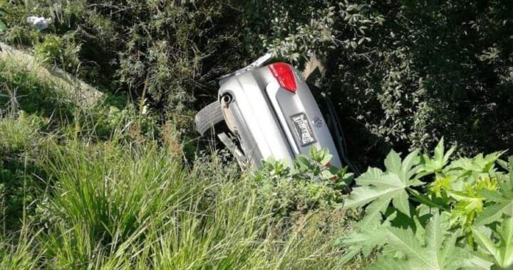 Fallece conductor tras volcar su auto y caer en una barranca
