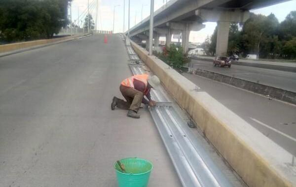 Infraestructura repara  barras de contención en bulevar Hermanos Serdán