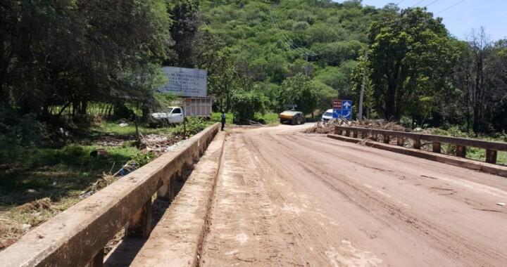 Concluye limpieza de calles y puente inundados por lluvias en Piaxtla y Chinantla