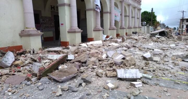 Colapsa techo y fachada del palacio municipal de Hueyapan