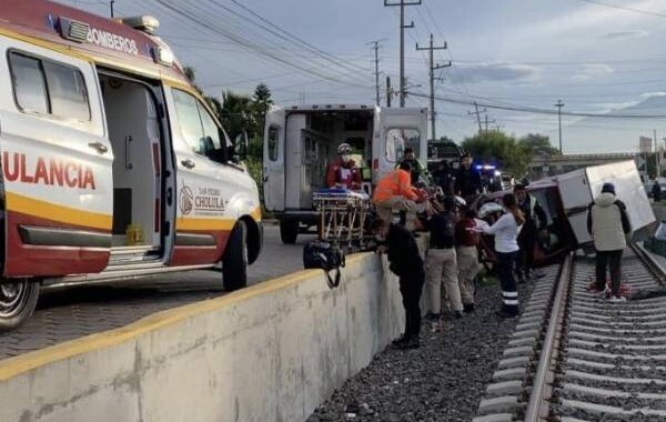 Al intentar escapar de hampones, cae con su vehículo a las vías del tren y se lesiona