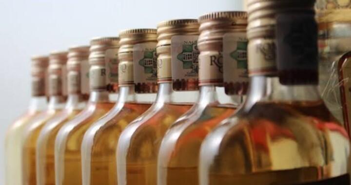 Decomisan botellas de alcohol adulterado en El Seco
