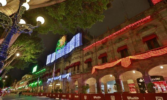Zócalo se ilumina con los colores patrios a la llegada de septiembre