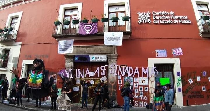 Feministas realizan toma simbólica de las instalaciones de la CDH en Puebla