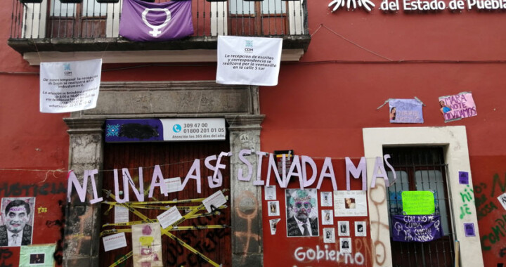 Se realiza limpia de grafitis feministas en fachada CDH Puebla