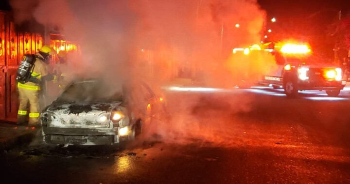 Auto particular se incendia en San Pablo Xochimehuacán