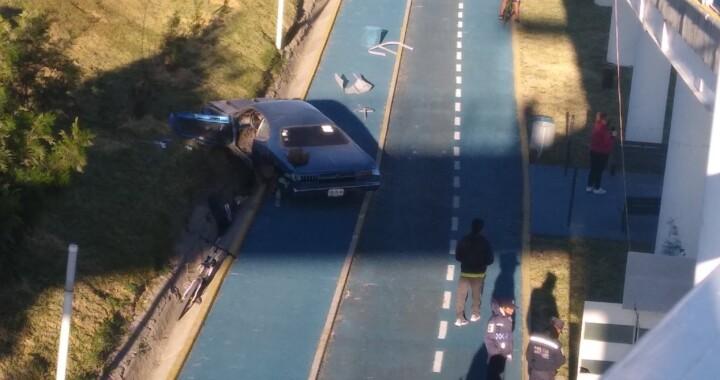 Tras colisión un auto termina en la ciclovía del Periférico, el responsable escapa
