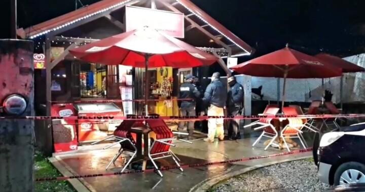 Balean a dos abogados en cafetería de Xicotepec ante la presencia de comensales