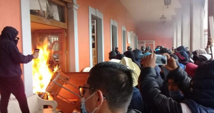 """Incendios y saqueos a la presidencia de Chignautla por """"privatización del agua"""""""