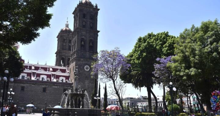 Quitan vallas metálicas del Zócalo de Puebla