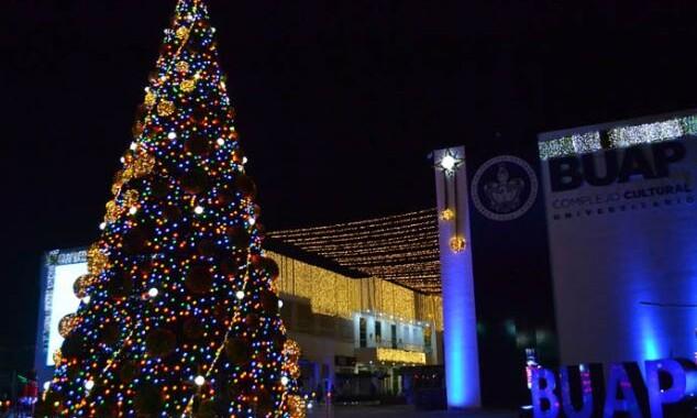 Rector de la BUAP realiza el tradicional encendido del árbol de navidad