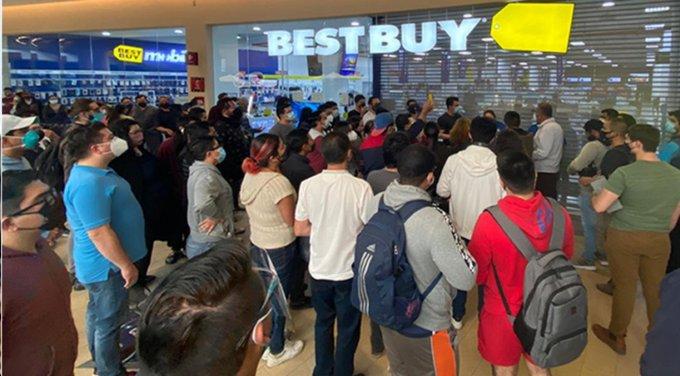 Liquidación por cierre de Best Buy Solesta causa grandes filas y aglomeraciones