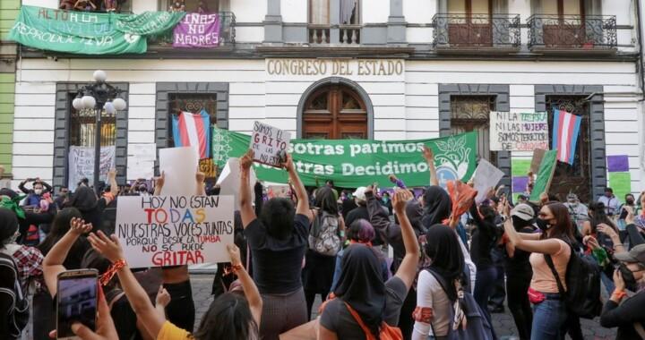 Activistas protestan en el Congreso para pedir justicia ante feminicidios