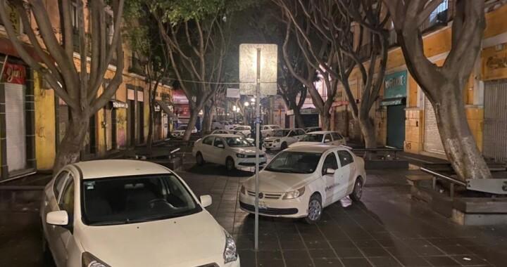 Vehículos oficiales del Ayuntamiento son utilizados para bloquear la 5 de Mayo