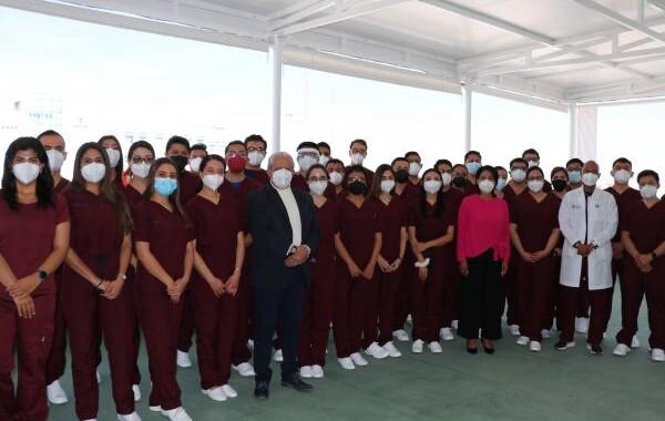 Incorpora ISSSTEP a 34 médicos residentes