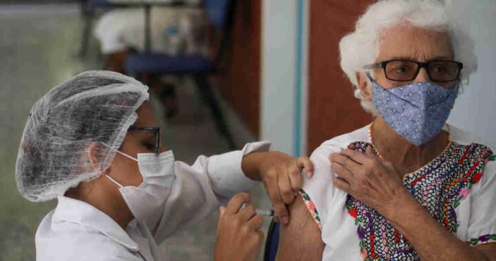 Fallece mujer de la tercera edad mientras esperaba para vacunarse contra Covid-19