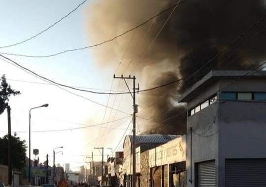 Bodega de autopartes se incendia en la Cleotilde Torres
