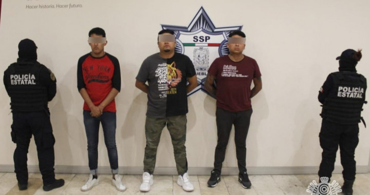 Detienen a tres presuntos estafadores en Plazas Amalucan