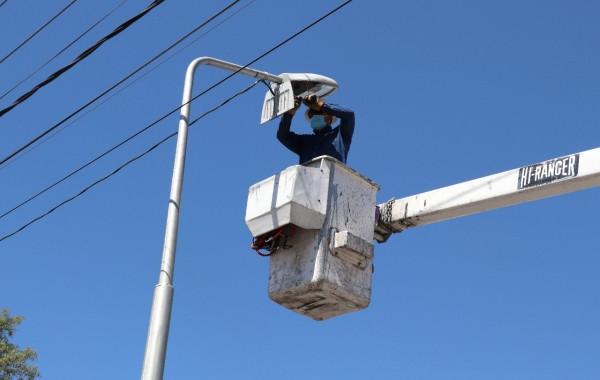 Dan mantenimiento a espacios públicos en Barrio del Alto