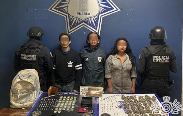 Detienen a tres personas por transportar más de 180 dosis de aparente droga