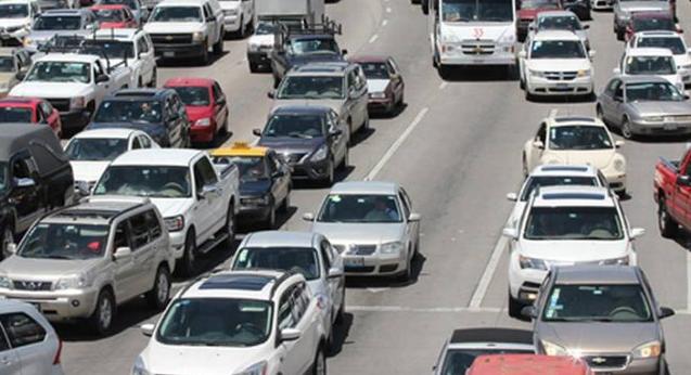 Conductores poblanos pasan 25 horas al año atorados en el tránsito