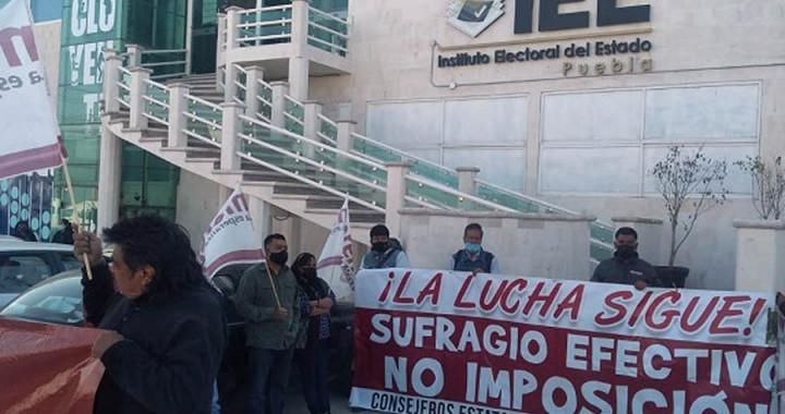 Continúa protesta de militantes de Morena contra imposición de candidatos