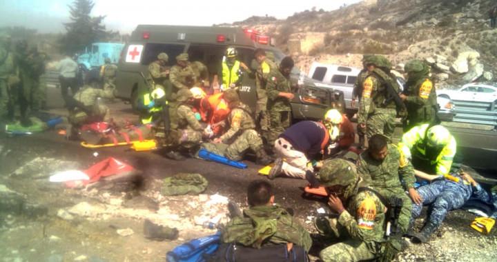 Reportan al menos dos muertos y 20 lesionados, tras volcadura de camión militar
