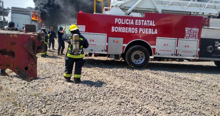 Reportan incendio de pipa con diésel al interior de un taller en San Miguel Xoxtla