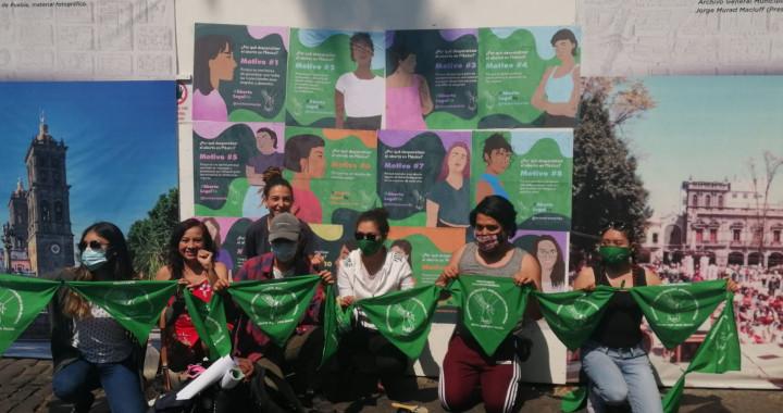 Feministas colocan carteles a favor del aborto en el zócalo capitalino