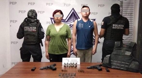 Detienen a dos presuntos policías de Tehuacán con drogas y armas de fuego
