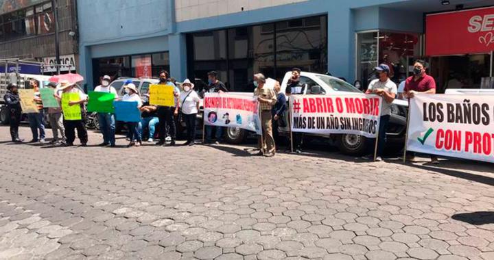 Continúa manifestación para exigir reapertura de baños públicos