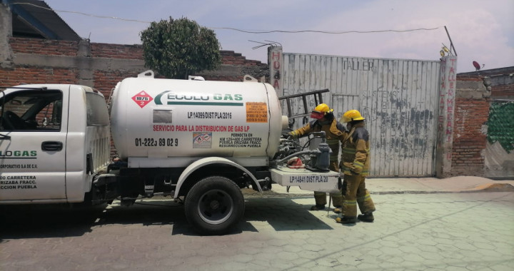 Reportan fuga en pipa de gas LP