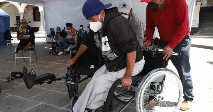 Entrega SEDIF sillas de ruedas activas a personas con discapacidad motriz