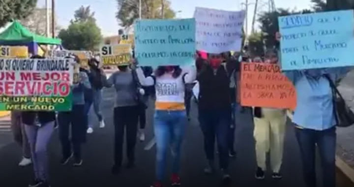 Grupo de locatarios se manifiesta a favor de la intervención del Mercado Amalucan
