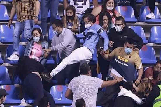 Militante de Morena agrede a una mujer durante partido del Club Puebla vs Pumas